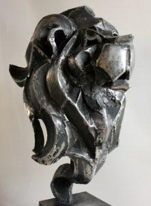 vaclav-rubeska-lev-tepana-kovova-plastika-2mm-plech-104x40x66-cm-galerie-ceske-plastiky-praha-pohled-z-uhlu