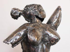 vaclav-rubeska-torzo-madame-tepana-zelezna-plastika-101-cm-zenske-kovove-tepane-torzo-umelecka-kovova-plastika-galerie-praha-detail