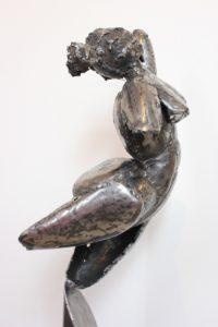vaclav-rubeska-torzo-madame-tepana-zelezna-plastika-101-cm-zenske-kovove-tepane-torzo-umelecka-kovova-plastika-galerie-praha-pravy-bok
